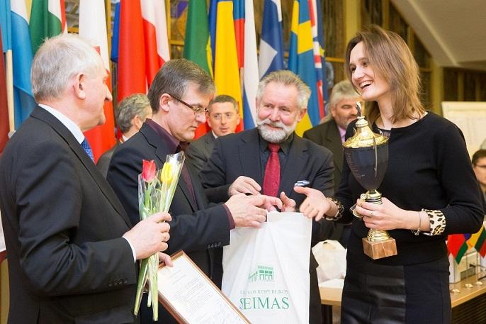 Olgos Posaškovos nuotraukoje:  Seimo taurė įteikiama varžybų nugalėtojai didmeistrei Viktorijai Čmilytei